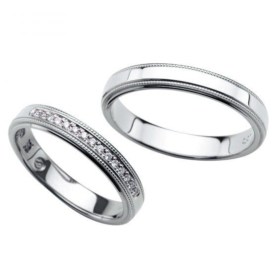 ストレートタイプに上下ミル打ちの入った重厚感溢れる結婚指輪(マリッジリング)。