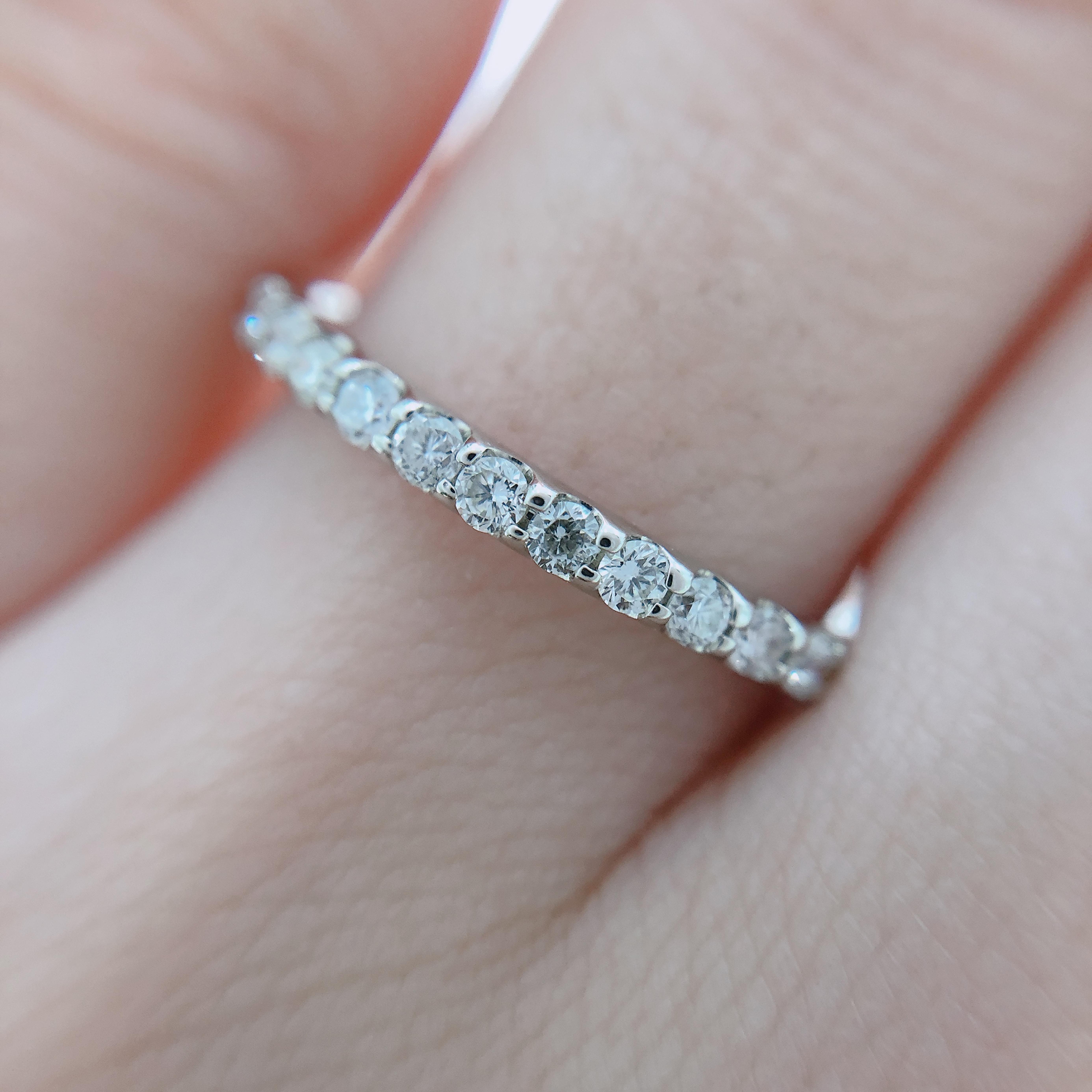 半周する小粒のダイヤモンドが煌めいて華やかです!