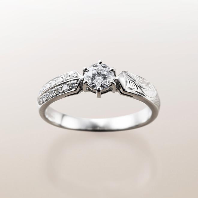 ハワイアンの彫模様と、メレダイヤモンドが埋め込まれたゴージャスな婚約指輪(エンゲージリング)。
