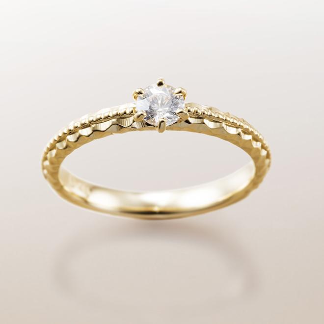 ダイヤモンドの輝きだけでなく、地金(K18YG)のテクスチャーが楽しめる婚約指輪(エンゲージリング)です。
