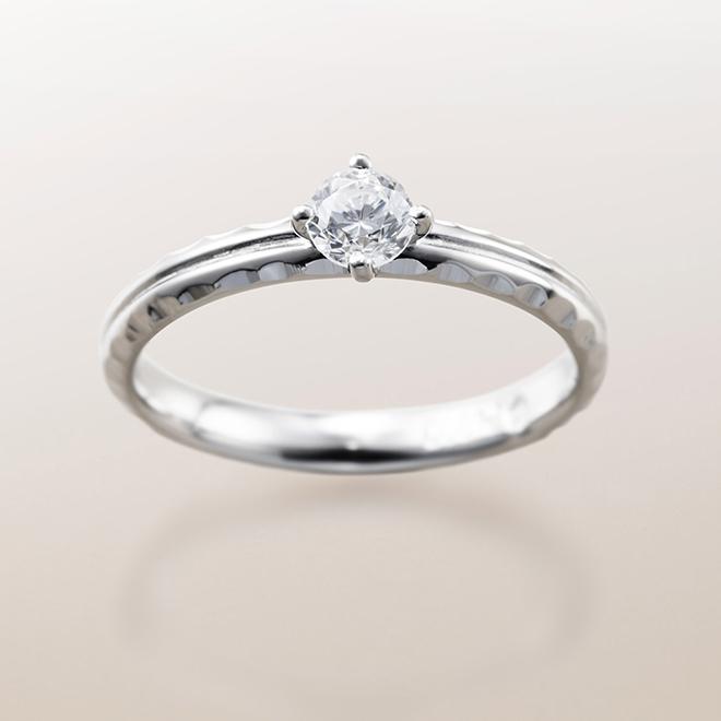 側面にダイヤモンドカットを施した存在感のある婚約指輪(エンゲージリング)。