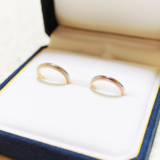 >シンプルで、色違いのミル打ちがとてもオシャレ♡おふたりにお似合いのリングです。