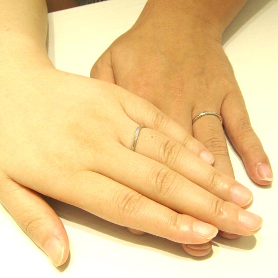 >細身でダイヤモンドのラインが美しい当店オリジナルのリングをお選び頂きました(*^^*)