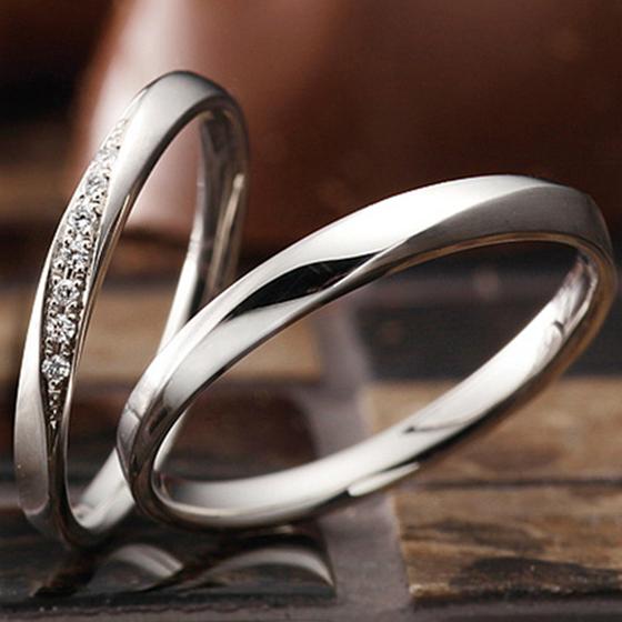 >ダイヤモンドのラインが美しく、男性様のリングもカットが光る格好いいデザインを選んで頂きました。