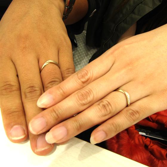 >お2人がご希望されたのはV字のデザイン。指がきれいに見え、尚且つオシャレなもの!!