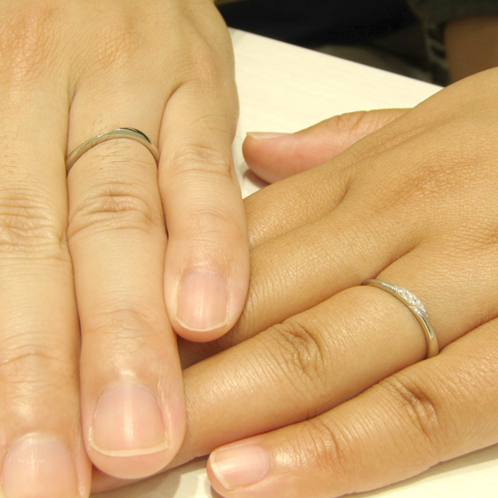>ダイヤモンドがキラリと輝く、お2人にぴったりの結婚指輪を見つけて頂きました!