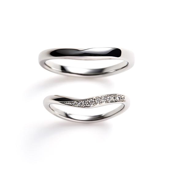 ダイヤモンドの流れるようなカーブラインがとても美しい結婚指輪。