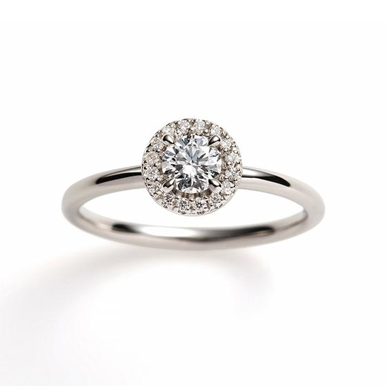 ダイヤモンドをダイヤモンドで取り囲んだ婚約指輪。中央のダイヤモンドがより大きくみせる効果があります。