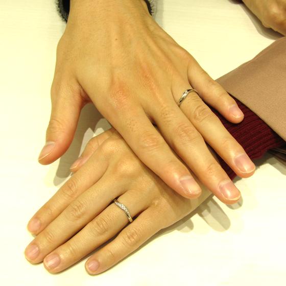 >緩いカーブが指にしっくりと馴染む、大人の雰囲気漂う素敵なデザインです。とてもお似合いになりますね!