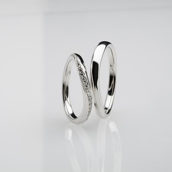 >流れるダイヤのラインが女性らしさを演出♡同じ形のメンズリングも、指に馴染み永く愛されるデザインです。