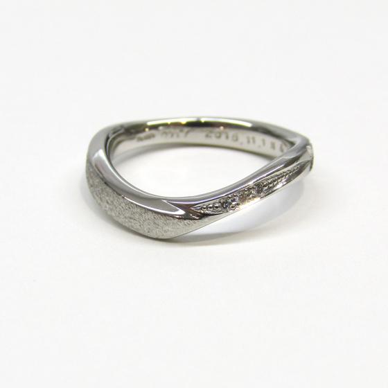 >彼女様のリングにはダイヤモンドを留めてアレンジ致しました!
