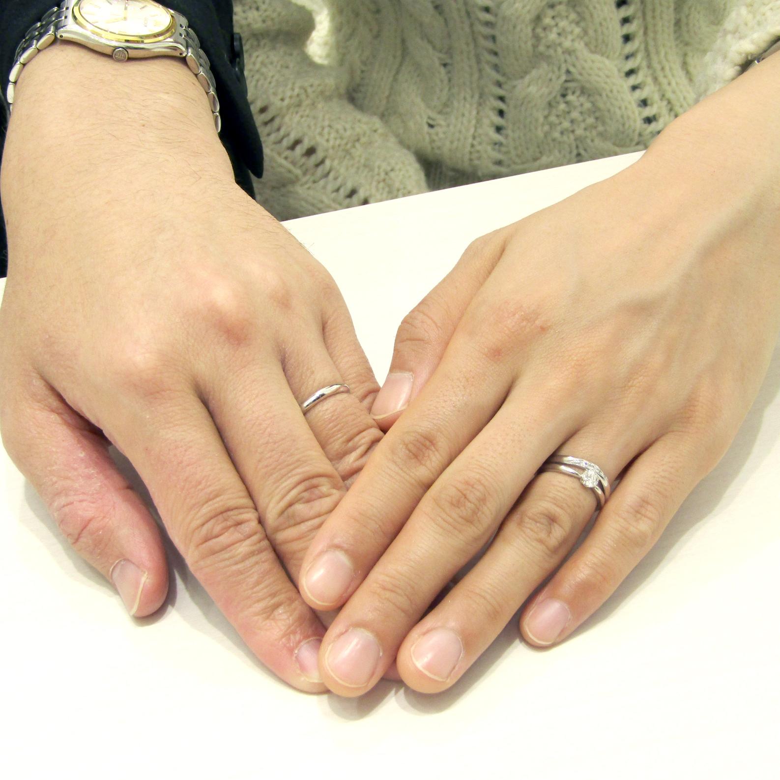 >婚約指輪と結婚指輪の重ね着けがとっても美しいデザインです。
