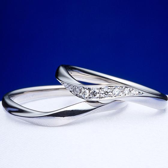 >ダイヤモンドにハート&キューピッドのカットが施された、特別な結婚指輪です♡