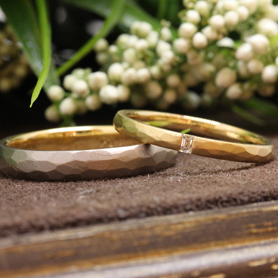 >槌目模様の美しい結婚指輪です。ダイヤモンドは長方形のバケットカットを使用。