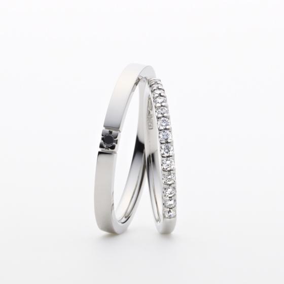 夏の大三角形を形成する星のひとつ。大き目のメレダイヤモンドを連ねた煌びやかな結婚指輪です。