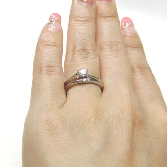 >シンプルながらも洗練されたデザインのセットリング。結婚指輪のメレダイヤも立体的に留められた輝きの美しいデザイン。