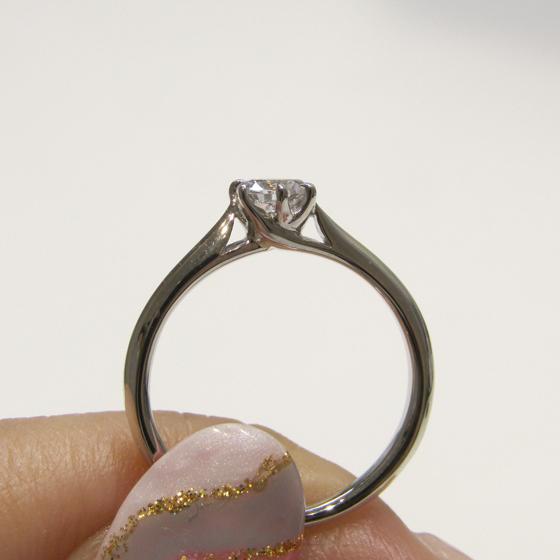 >側面から見ると透かしになっていて、とってもオシャレな婚約指輪です。