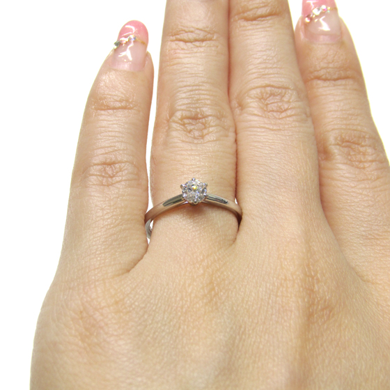 >シンプルで洗練されたデザインの婚約指輪。重ね着けにも最適。