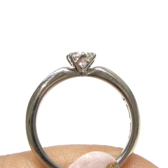 >側面からも光を取り込みより一層輝く婚約指輪に♡