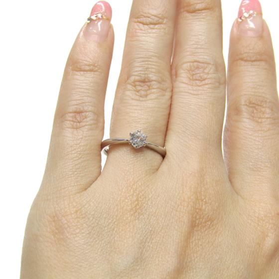 >王道の一粒タイプの婚約指輪。アームが細く立体的なデザイン