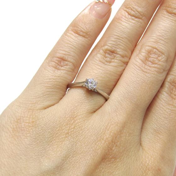>柔らかなカーブが指になじみ、手全体をきれい見せてくれます。ダイヤモンドが際立つデザイン♡