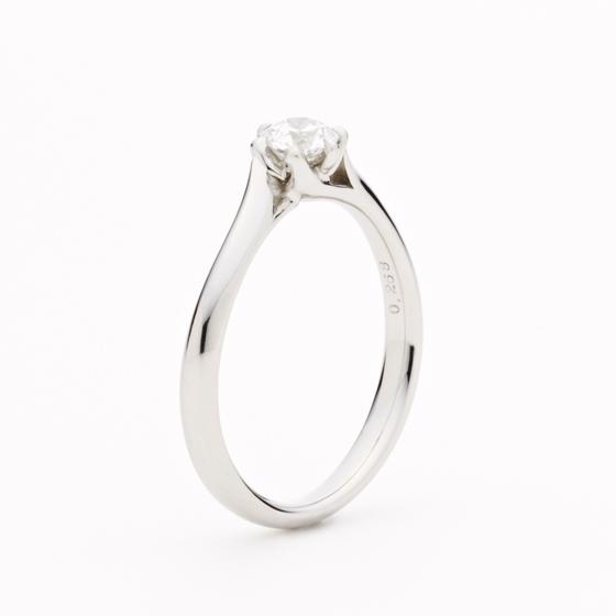 >しなやかな美しい流線ラインの先端で輝くダイヤモンドは幸せへの道のりを表す光。