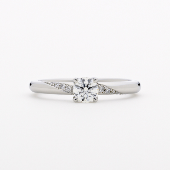 大きなダイヤモンドとお互いを輝きあわせるメレダイヤモンド。流れが美しいエンゲージリングです。
