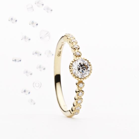 ミル打ち(ミルグレイン)に囲まれたダイヤモンド達の煌きは家庭円満なふたりの未来を照らしてくれる。