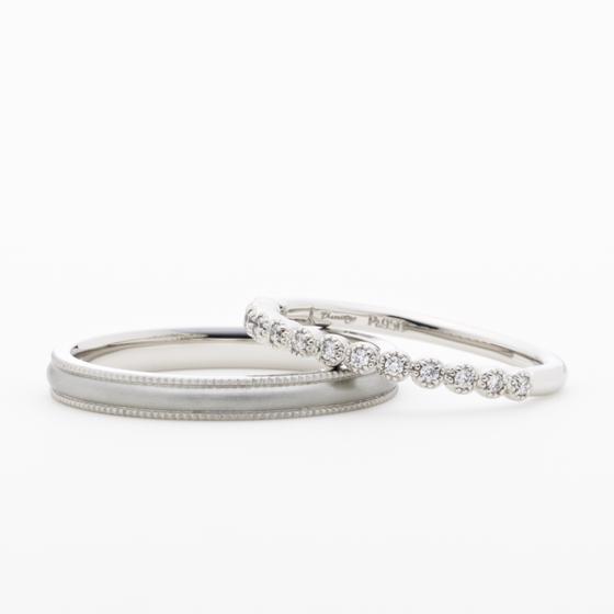 小さなダイヤモンドを丁寧にミル打ちで囲んだ結婚指輪。細身に仕上げることで、普段から使用できる上品なデザインです。