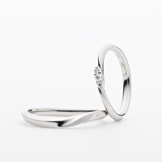 >流線美が指にフィットするとき、細身のシルエットから輝き出すダイヤモンドがとても美しい結婚指輪です。
