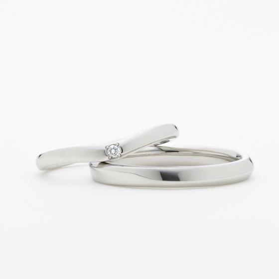 シンプルで日常使いしやすい結婚指輪。丸身のあるデザインは、ふたりのお指を優しく包み込むイメージ。