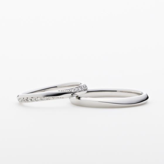 ふたりの歩みを表す2つの曲線。互いに思いやり、共に歩むひとつの人生をイメージした結婚指輪。