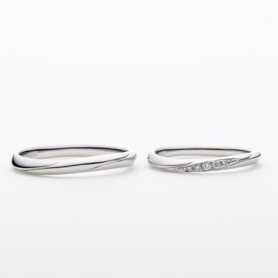 指の形に合うような、緩やかなカーブラインが美しい結婚指輪です。