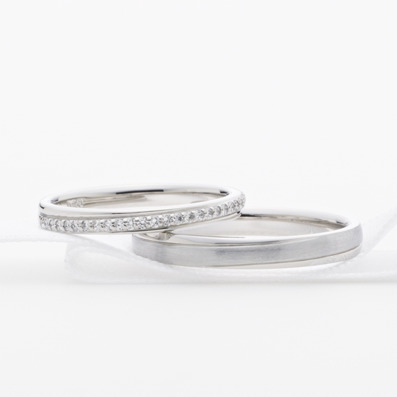 >ストレートの結婚指輪に斜めに大きくセットされたダイヤモンドが美しい。白鳥座の2つの星が重なり合い、輝き続ける。