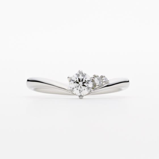やぎ座の形に似たV字のフォルムと、メレダイヤモンドを配置。しあわせのお守りとなるように、そっと寄り添う。