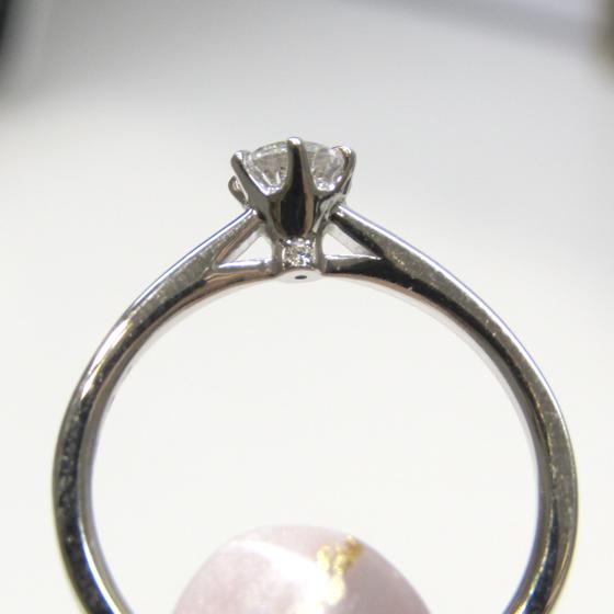 >側面の透かしがキュート。さりげなくメレダイヤが留めれられている上品なデザイン。