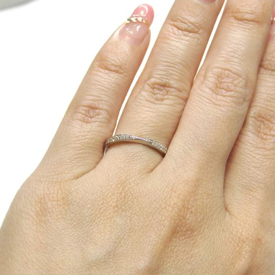 >中心部分が絞られていて、指全体が細く長くみえるデザインの結婚指輪です♡