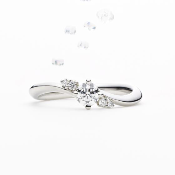 「信じる愛と温かい心」を星言葉に持つcaph。お指を包み込む優しいカーブラインと、光輝くダイヤモンドが美しいエンゲージリングです。