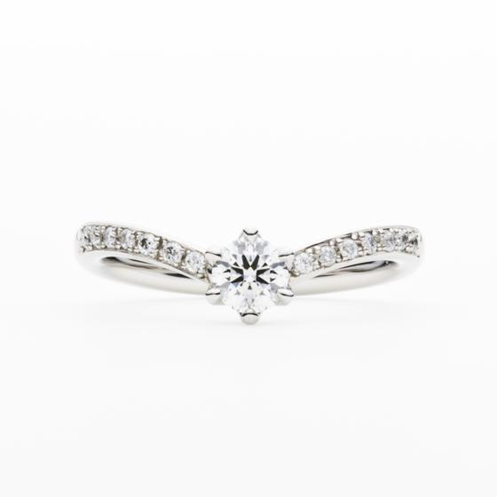 ジューンブライドの由来でもある、女神「Juno」。女性の指をきれいにみせるメレダイヤモンドが、上品かつ華やかに彩る。