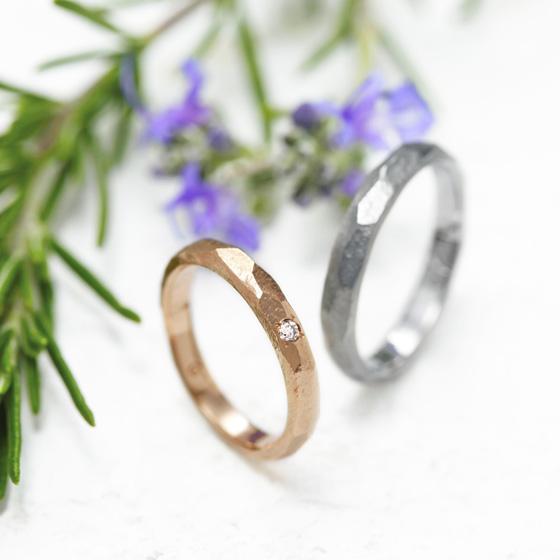 ボリュームのあるリングに槌目加工を施すことで、立体的になり高級感を感じる結婚指輪へ