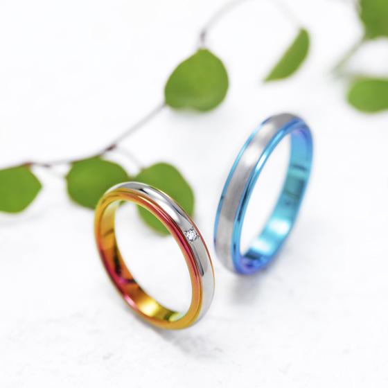 シンプルなストレートにふたりの『いろ』をチョイスした結婚指輪。
