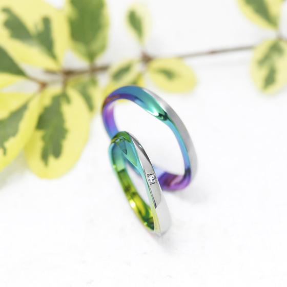 広大な海の波をイメージした動きのある結婚指輪。