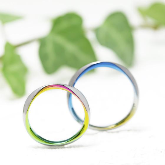 側面にカラーを加え、二人だけの個性を表現した結婚指輪。