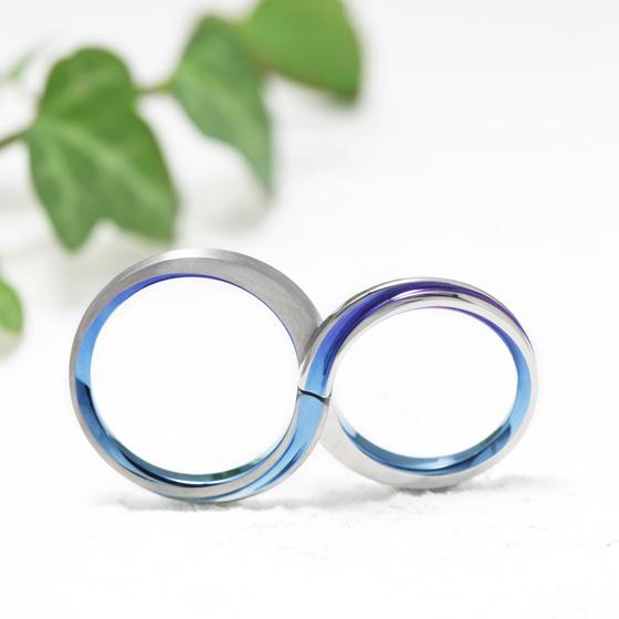 ふたつのリングを重ね合わせると無限軌道を描く結婚指輪。オリジナルのカラーバリエーションを楽しめるデザインです。