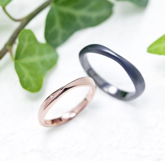 中央にひねりを加えた動きのあるデザイン。シンプルな着け心地は普段使いしやすい結婚指輪です。