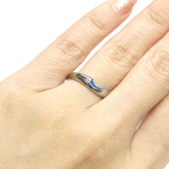 >一粒ダイヤモンドがあしらわれ、重ね合わせると♡が浮かび上がるロマンチックなデザインの結婚指輪
