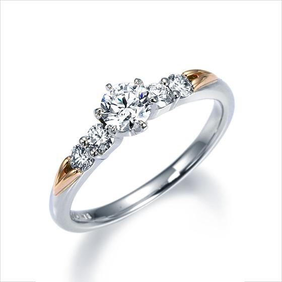ピンクゴールドを使用し、天使の小さな羽をイメージした婚約指輪。