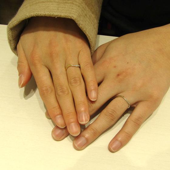 >おふたりの華奢なお指にあう、細身なシルエットとカーブラインがオシャレ!