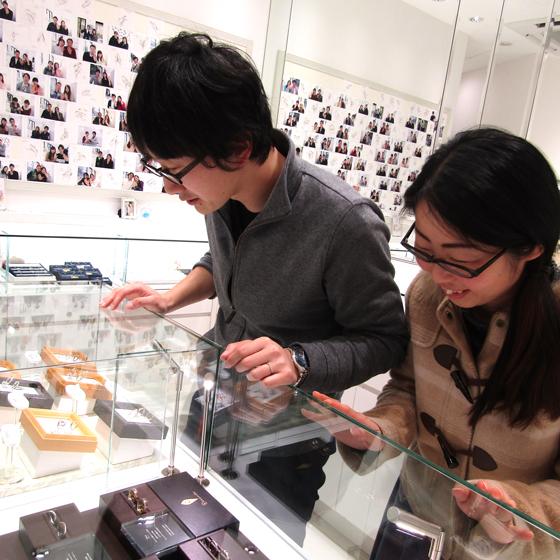 >店内には30ブランドの結婚指輪のデザインがご用意しております。