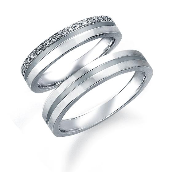 シンプルなストレートラインのマリッジリング。幅広タイプのリングに、デザインを施す事で豪華で存在感のある結婚指輪に。